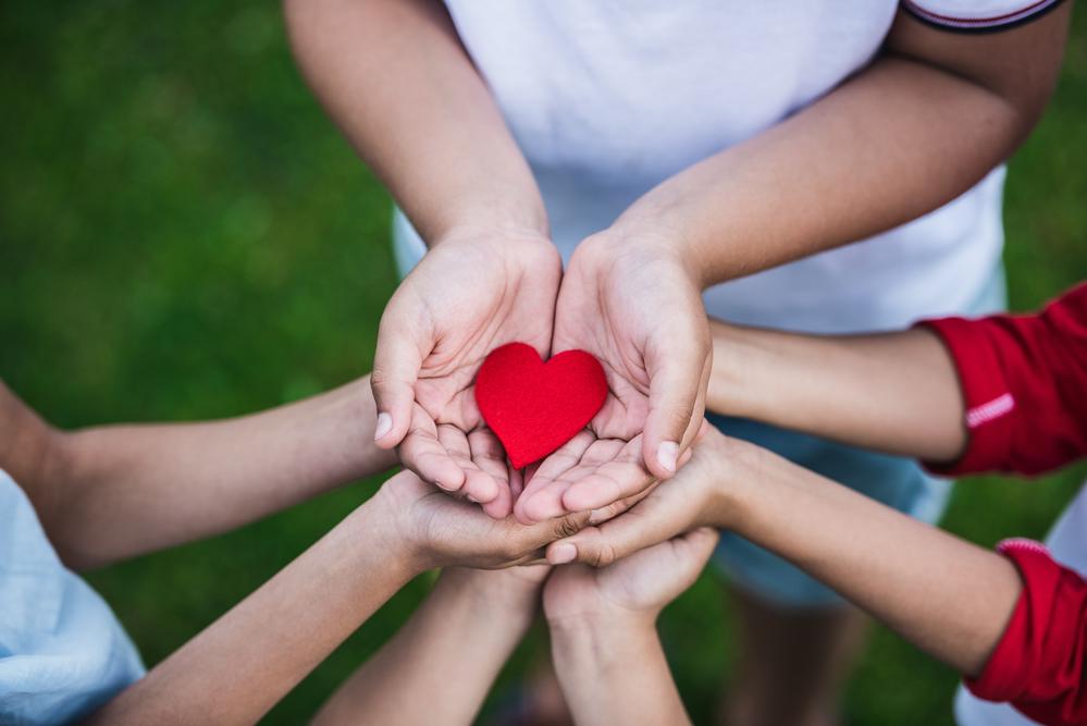 Картинки сердце в руках