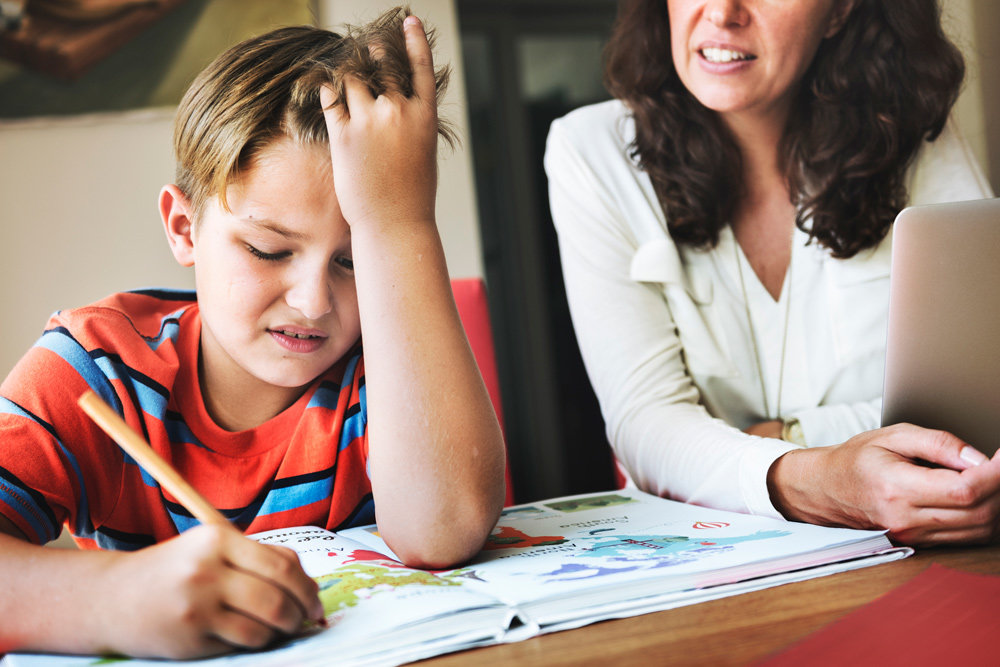 Ребенок учит уроки с мамой картинка